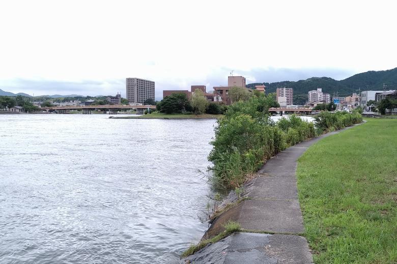 瀬田川の西岸と、唐橋の中の島