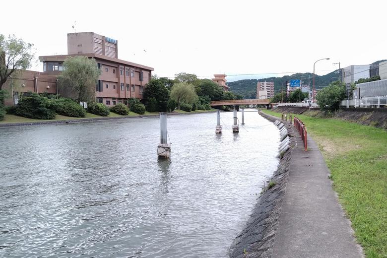 瀬田川の西岸とポール
