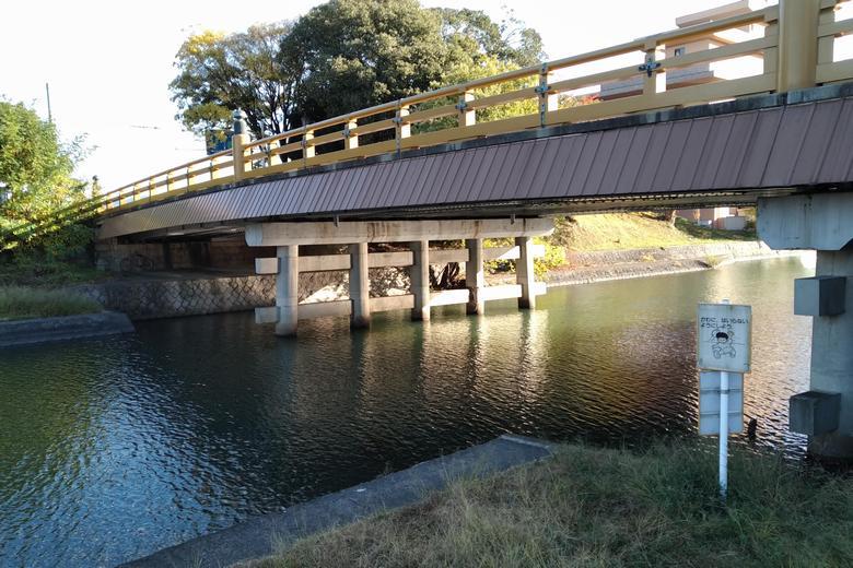 瀬田川の西岸と、唐橋の橋脚