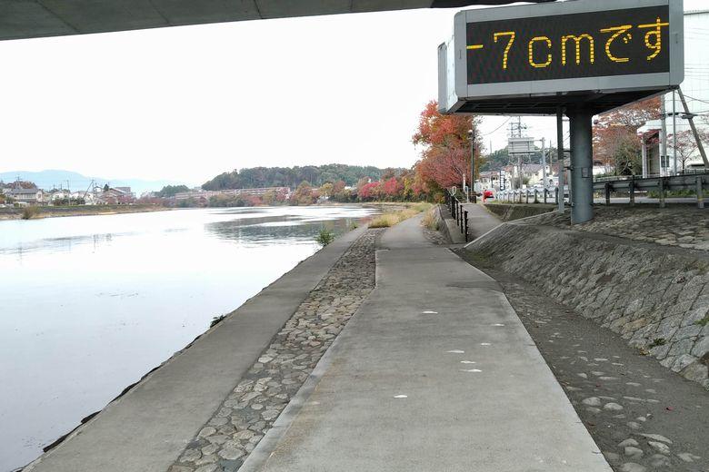 京滋バイパスの下の護岸と電光掲示板