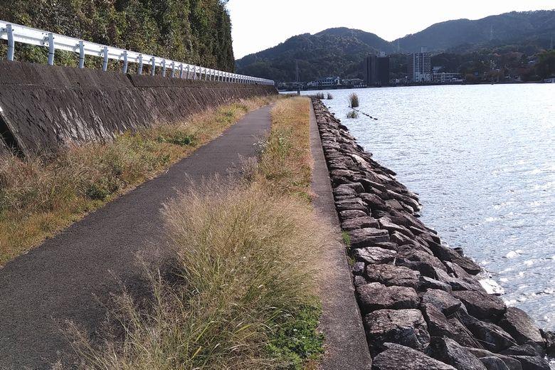 石積み護岸と大日山