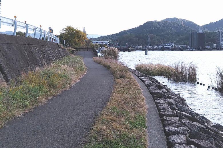 瀬田川沿いの散歩道と石積み護岸の終わる場所