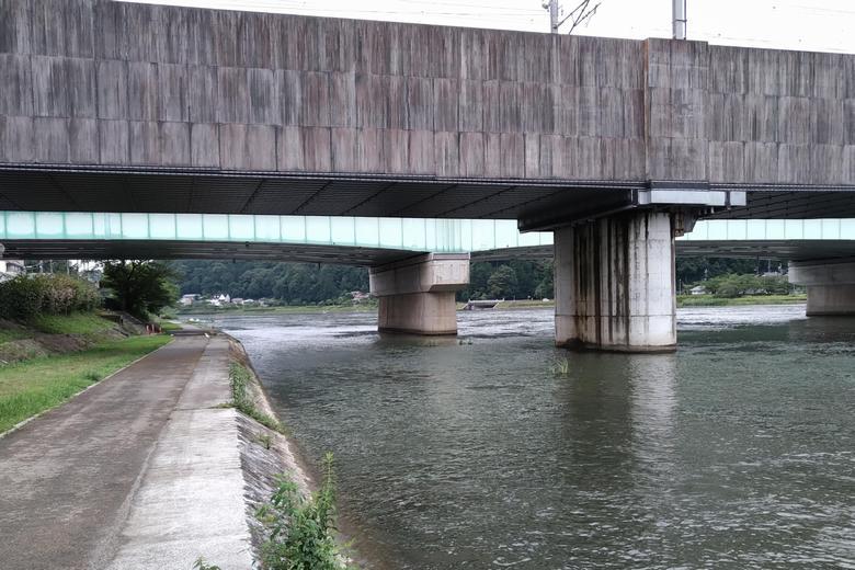 瀬田川西岸の、名神高速道路と新幹線の高架