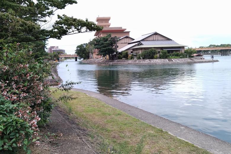 瀬田川の西岸と、瀬田唐橋の中の島