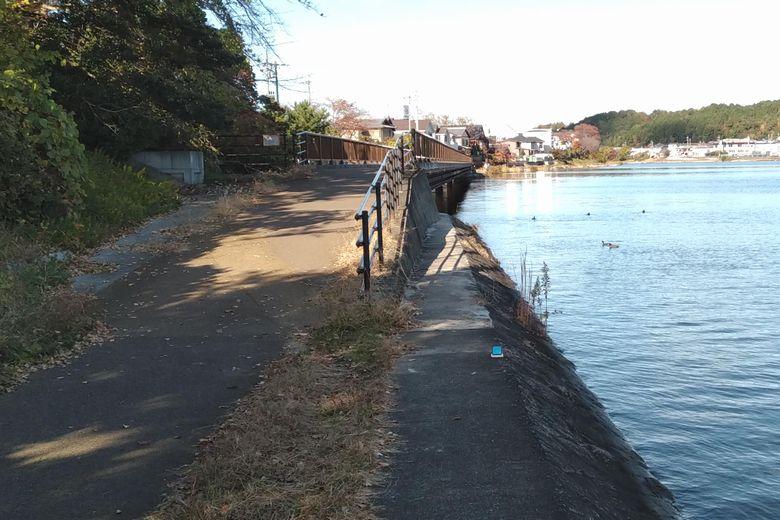 瀬田川の護岸と、南郷ほたる橋