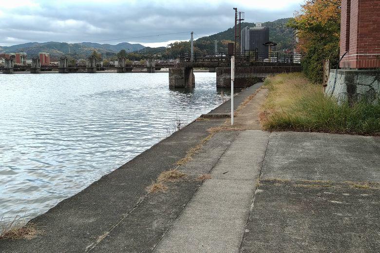 南郷公園前の護岸と、旧・南郷洗堰