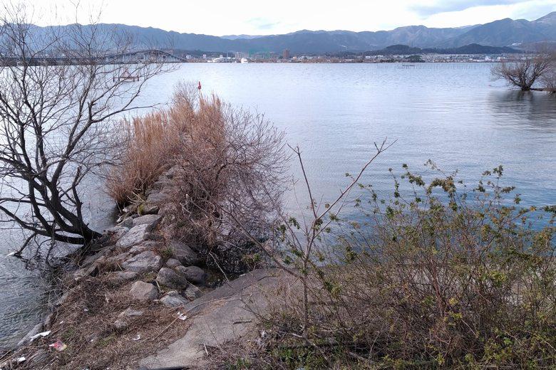 漁港の出口にある石積み突提
