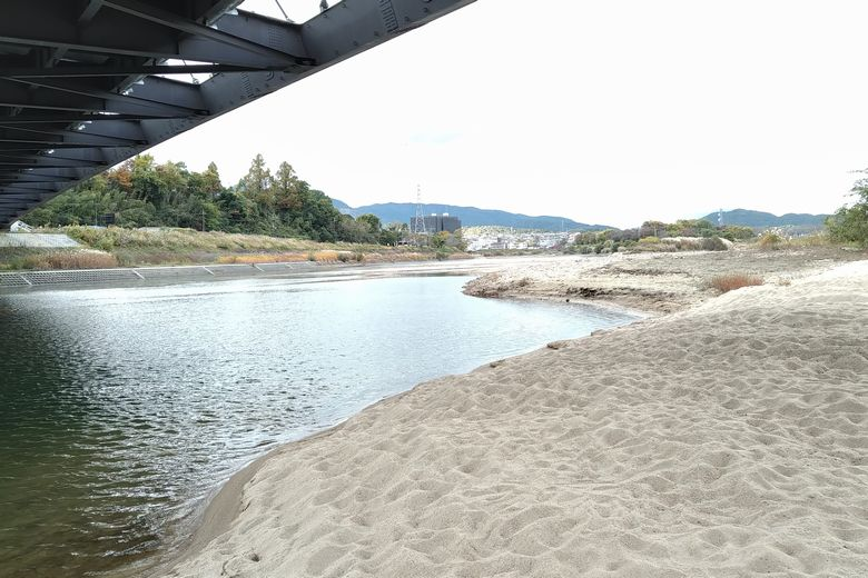 上流から流れて溜まった砂