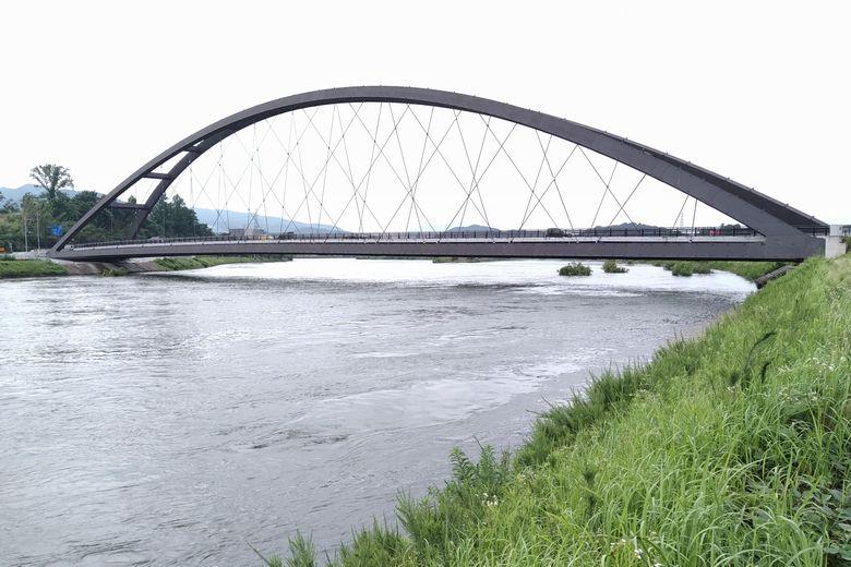 瀬田川洗堰が全開放流の時の瀬田川令和大橋