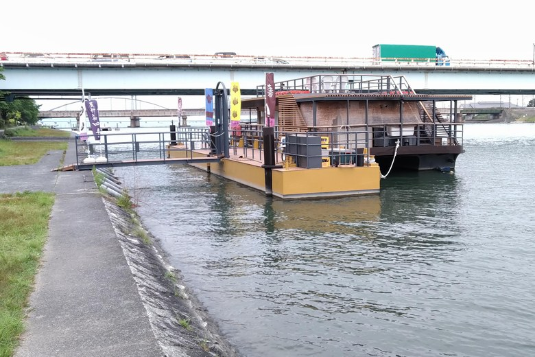 屋形船の船着き場と瀬田川大橋