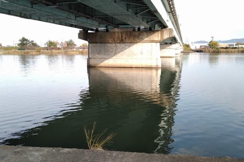 瀬田川大橋の橋脚の下