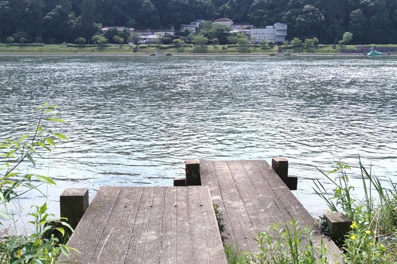 小さい桟橋と瀬田川