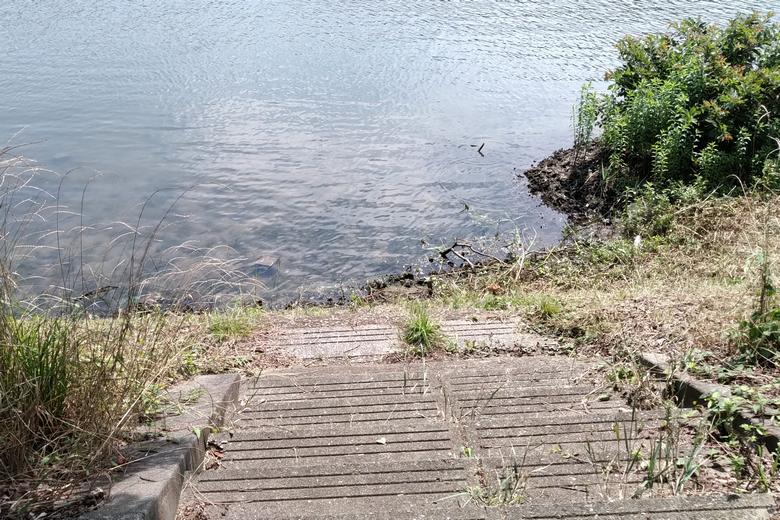 岸辺に下りるための階段