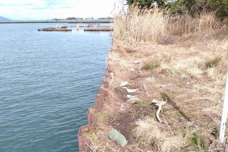 波線の鉄板で固められた、北の岸辺