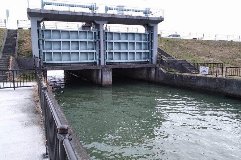 野洲川河口の南の水門