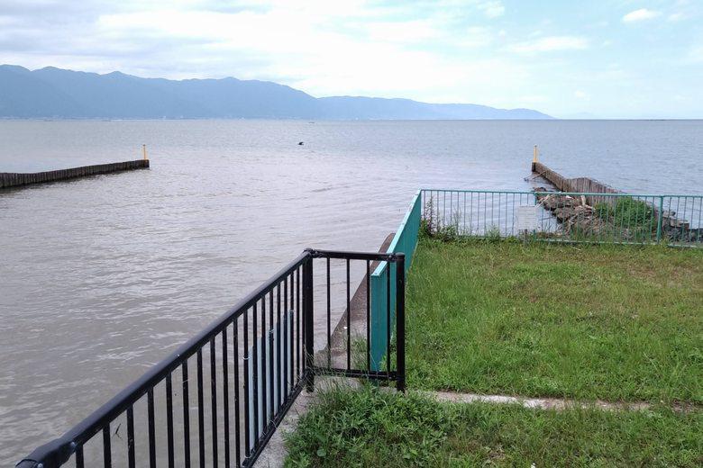 テトラブロック護岸の端にある水門と流れ込み