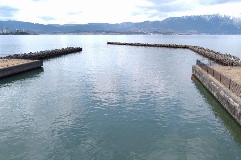 吉川漁港の出入り口と突提
