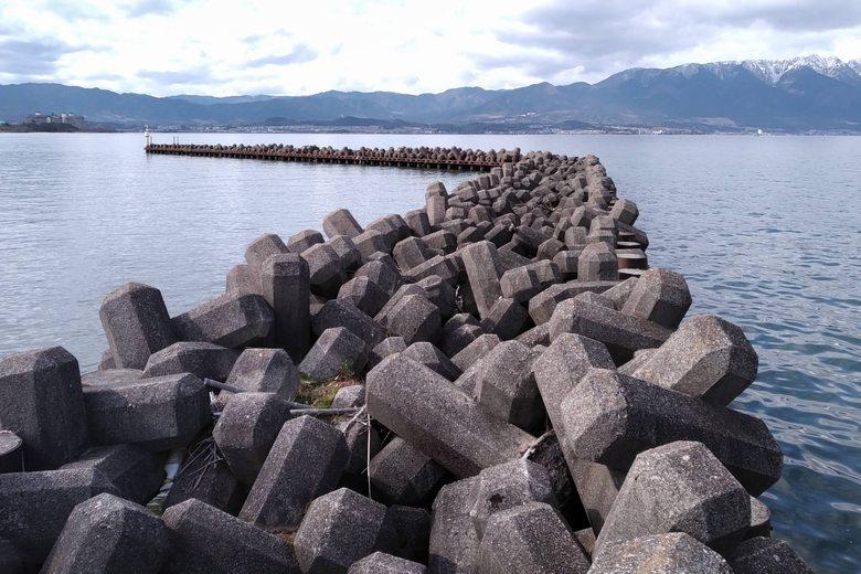 吉川漁港の、テトラブロックでできた突提