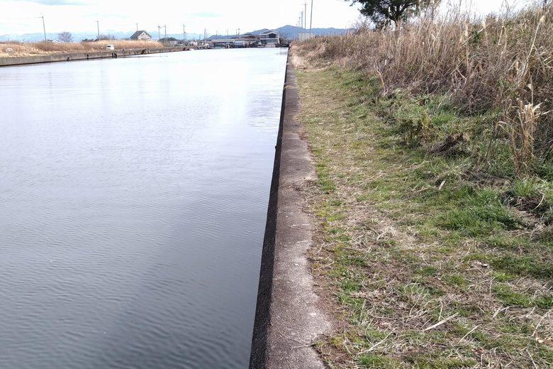 吉川漁港の南のコンクリート護岸
