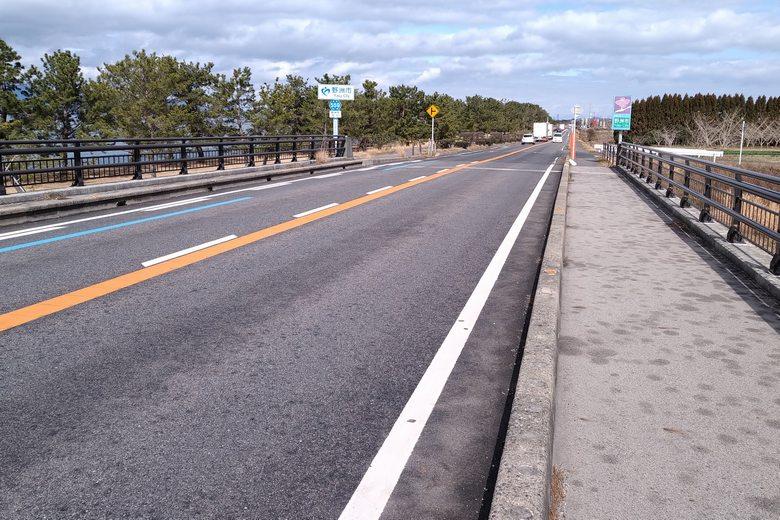 吉川漁港の前を通る、県道559号線