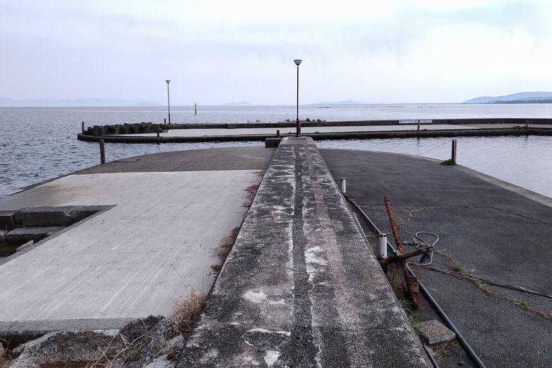 知内漁港の防波堤と出口