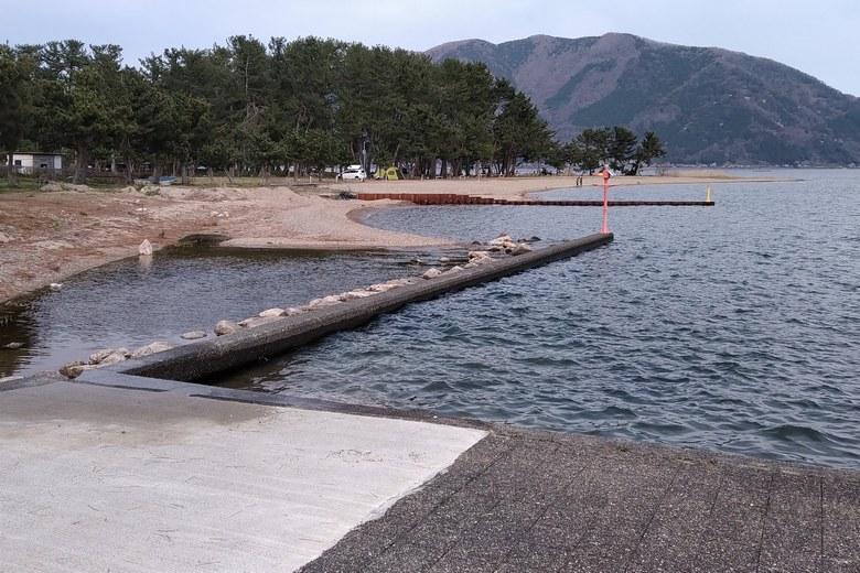 知内漁港の北の砂浜と、知内浜オートキャンプ場