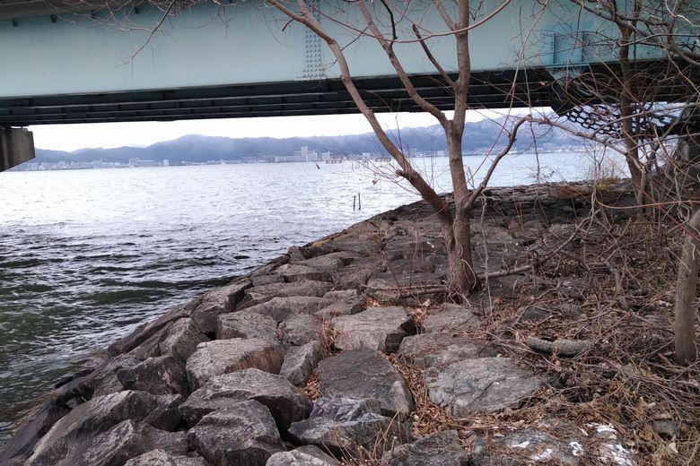 帰帆北橋の下を通る石積み護岸