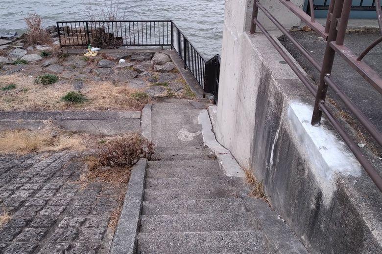伯母川河口に下りれる階段